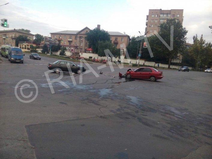 В Мелитополе на одном из перекрестков произошло ДТП: водители доставлены в больницу, - ФОТО, ВИДЕО, фото-3