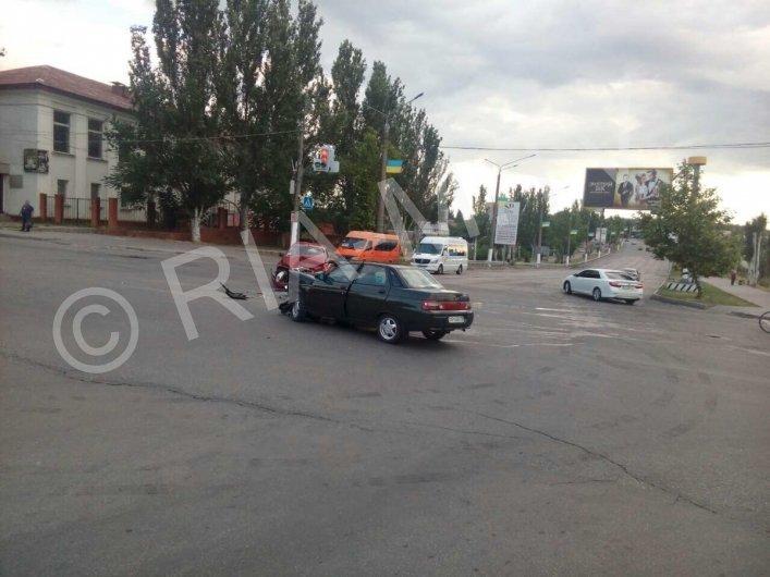 В Мелитополе на одном из перекрестков произошло ДТП: водители доставлены в больницу, - ФОТО, ВИДЕО, фото-2