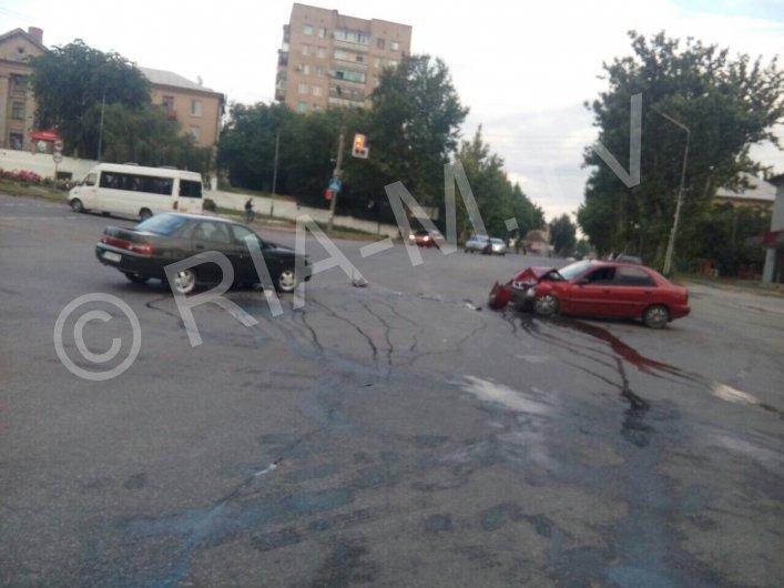 В Мелитополе на одном из перекрестков произошло ДТП: водители доставлены в больницу, - ФОТО, ВИДЕО, фото-1