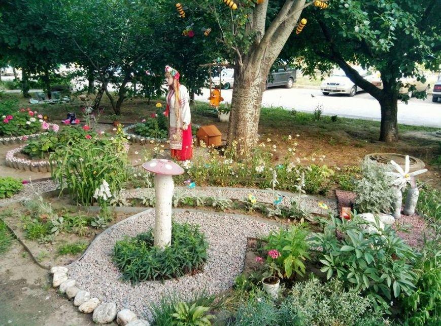 Цветы, вазоны и манекен в вышиванке: запорожцы необычно украсили свой двор, — ФОТО, фото-1
