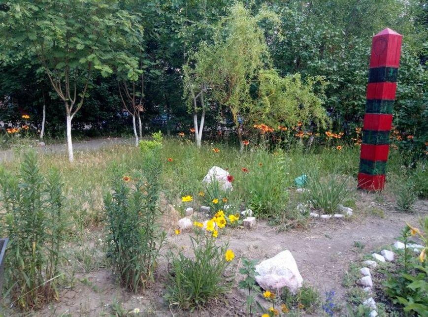 Цветы, вазоны и манекен в вышиванке: запорожцы необычно украсили свой двор, — ФОТО, фото-3