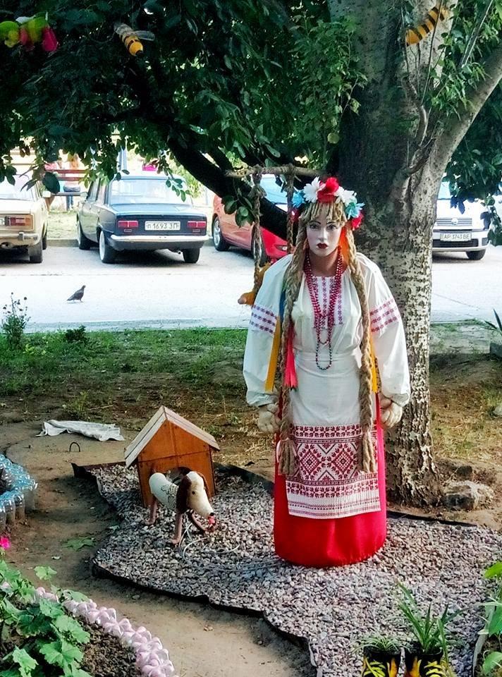 Цветы, вазоны и манекен в вышиванке: запорожцы необычно украсили свой двор, — ФОТО, фото-2