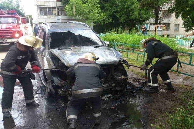 В Харькове горела припаркованная возле дома иномарка (ФОТО), фото-1