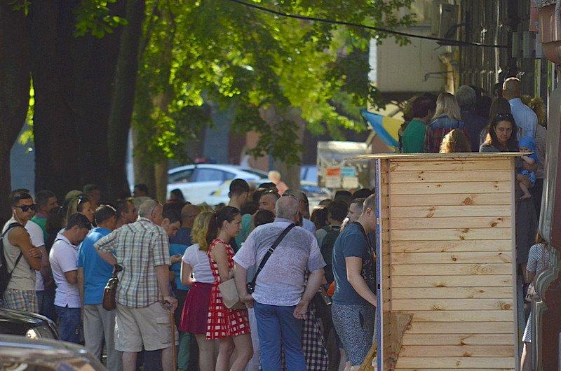 Сотни одесситов толкутся на жаре за загранпаспортами (ВИДЕО, ФОТО), фото-5
