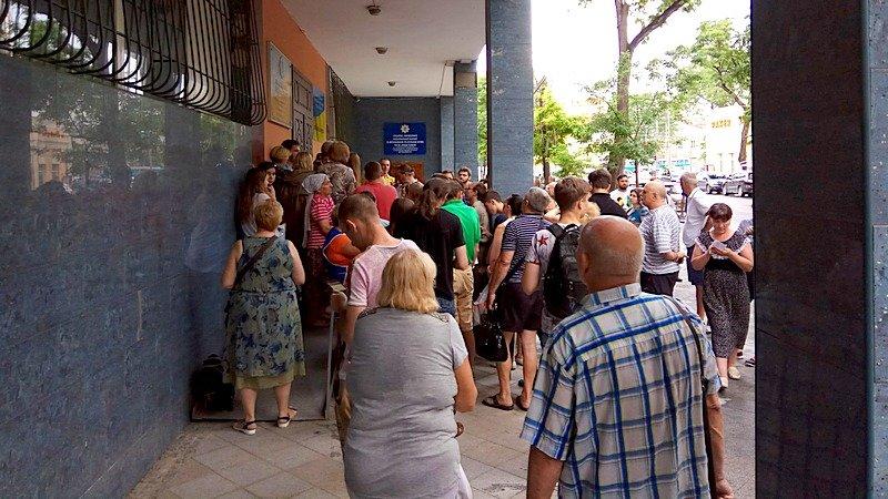 Сотни одесситов толкутся на жаре за загранпаспортами (ВИДЕО, ФОТО), фото-14
