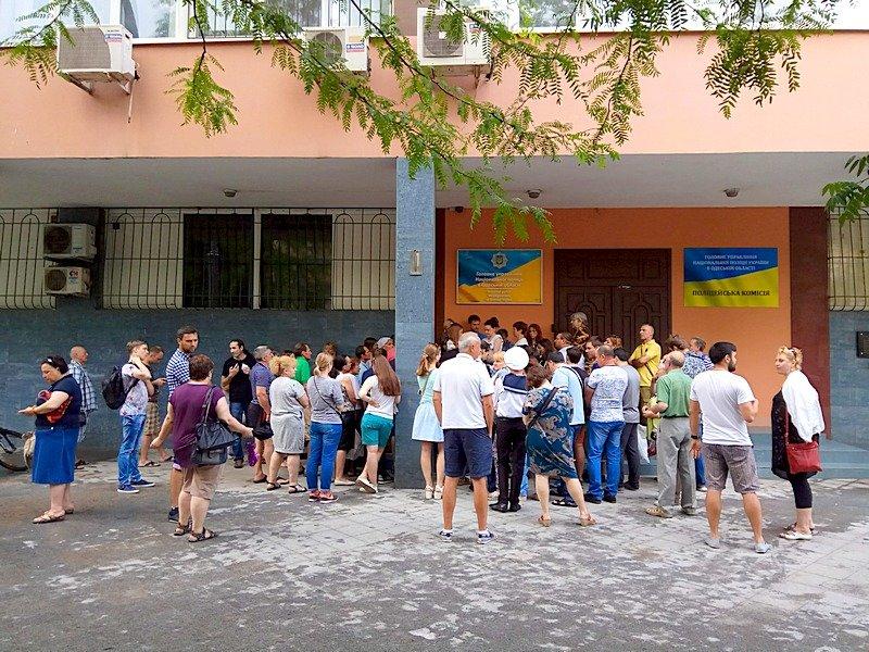 Сотни одесситов толкутся на жаре за загранпаспортами (ВИДЕО, ФОТО), фото-11