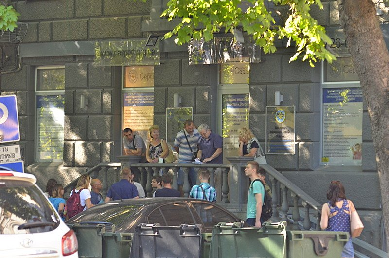 Сотни одесситов толкутся на жаре за загранпаспортами (ВИДЕО, ФОТО), фото-2