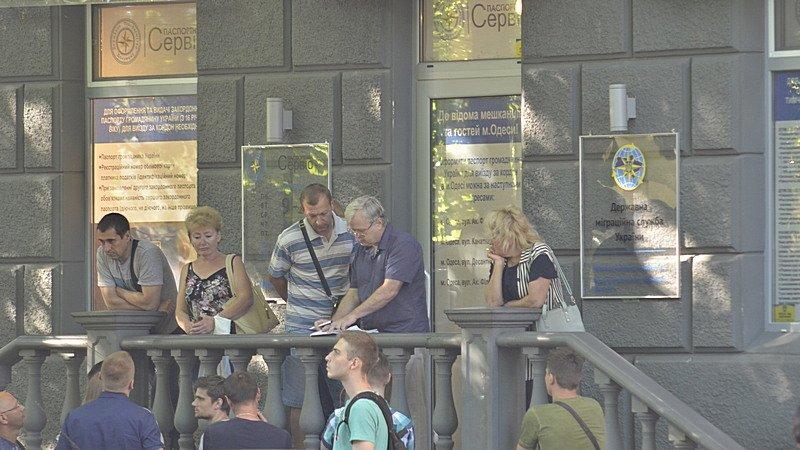 Сотни одесситов толкутся на жаре за загранпаспортами (ВИДЕО, ФОТО), фото-3
