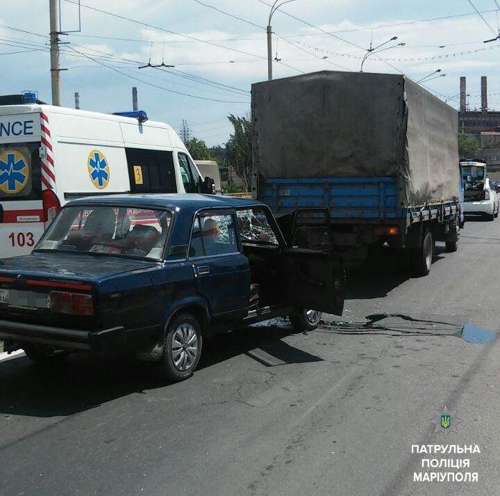"""В Мариуполе """"пятерка"""" врезалась в грузовик. Есть пострадавший (ФОТО+ВИДЕО), фото-1"""