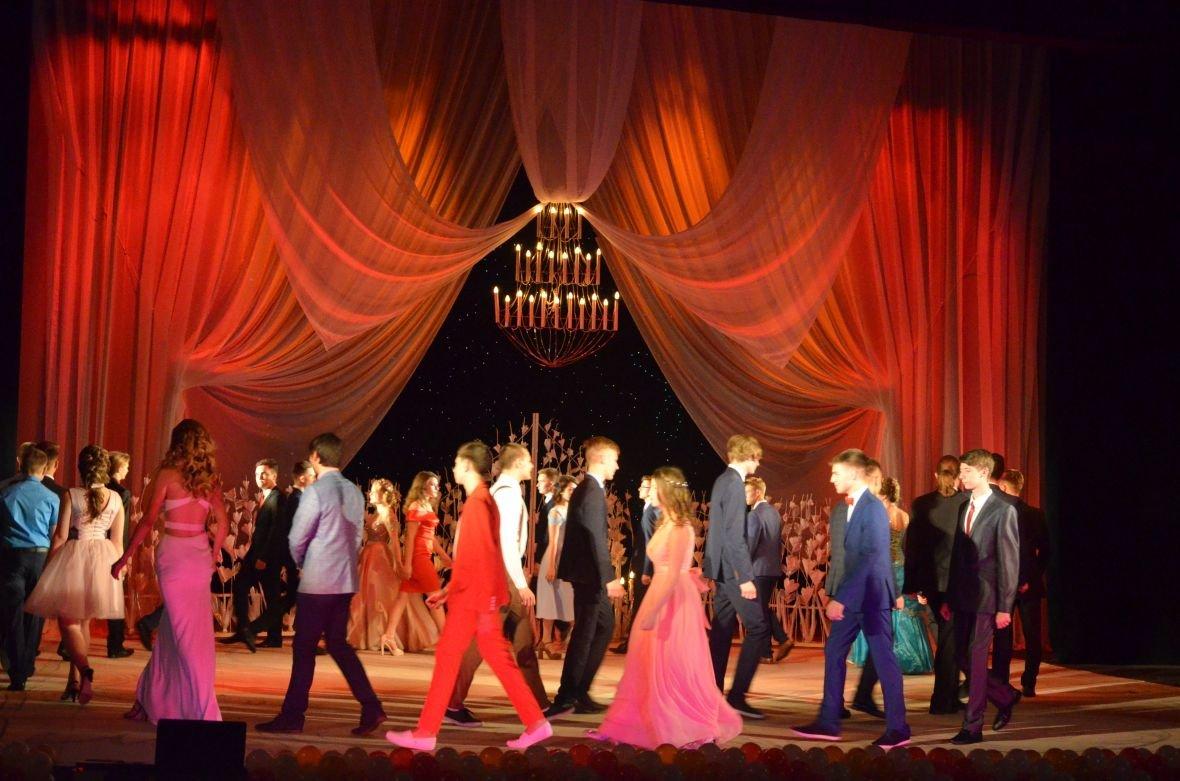 Выпускной 2017 в Мариуполе: дорогие наряды и оркестр на театральной площади (ФОТО+ВИДЕО), фото-20