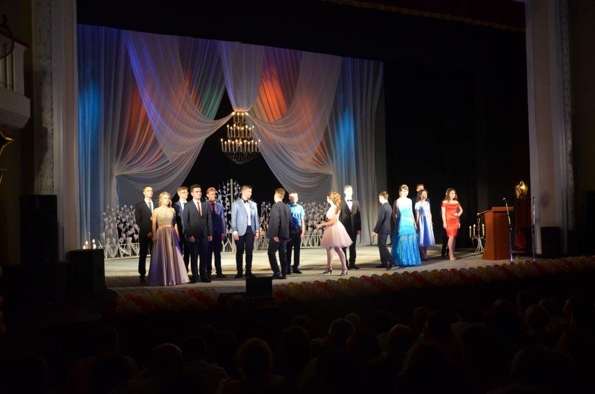Выпускной 2017 в Мариуполе: дорогие наряды и оркестр на театральной площади (ФОТО+ВИДЕО), фото-17