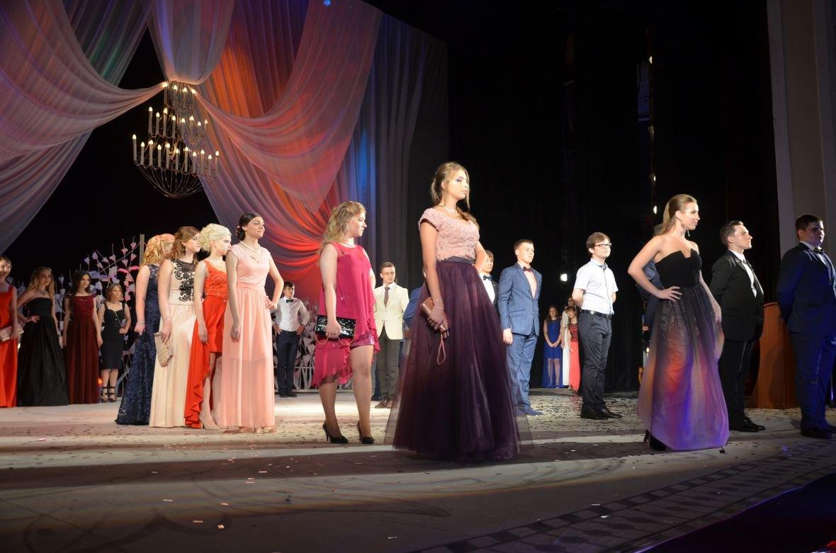 Выпускной 2017 в Мариуполе: дорогие наряды и оркестр на театральной площади (ФОТО+ВИДЕО), фото-25