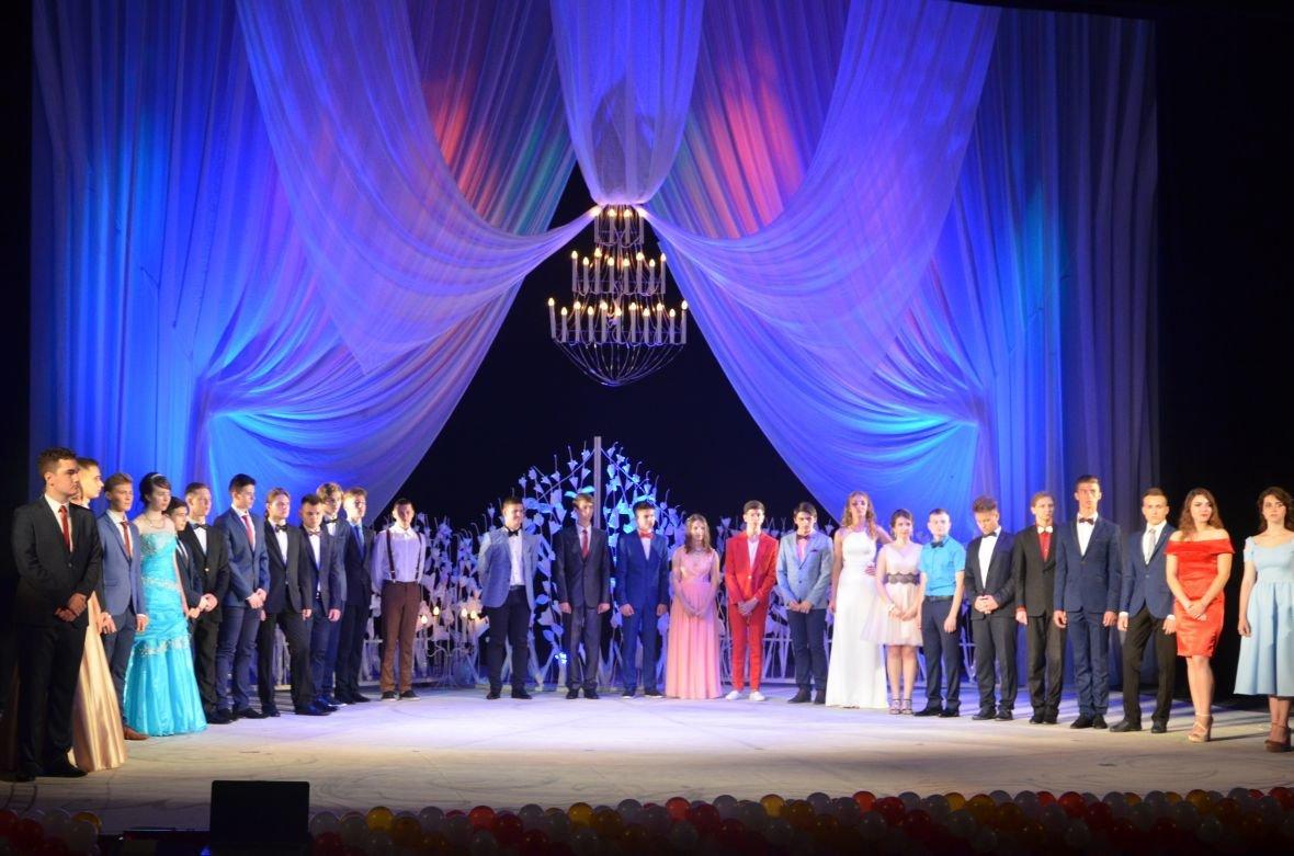Выпускной 2017 в Мариуполе: дорогие наряды и оркестр на театральной площади (ФОТО+ВИДЕО), фото-21