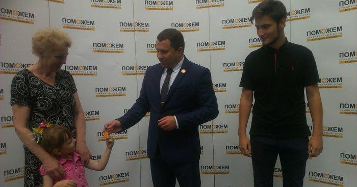 Двое осиротевших детей из Авдеевки получили ключи от квартир, подаренных Ринатом Ахметовым, фото-1