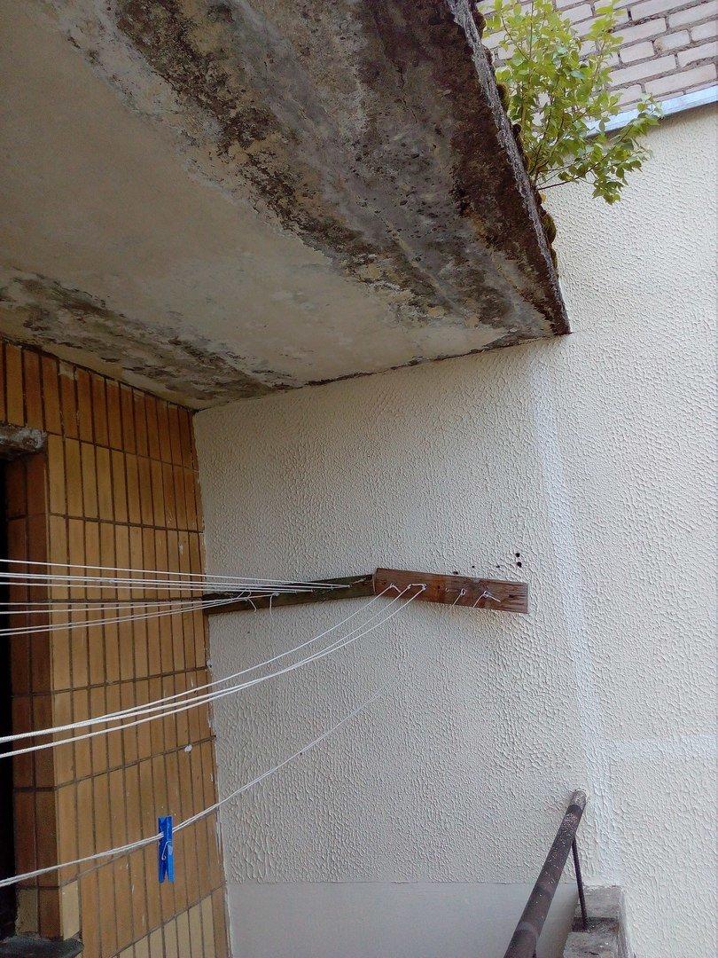 Полочанка борется с сыростью в общежитии, а руководство «Полоцк-Стекловолокно» кормит жильцов «завтраками» о ремонте, фото-1