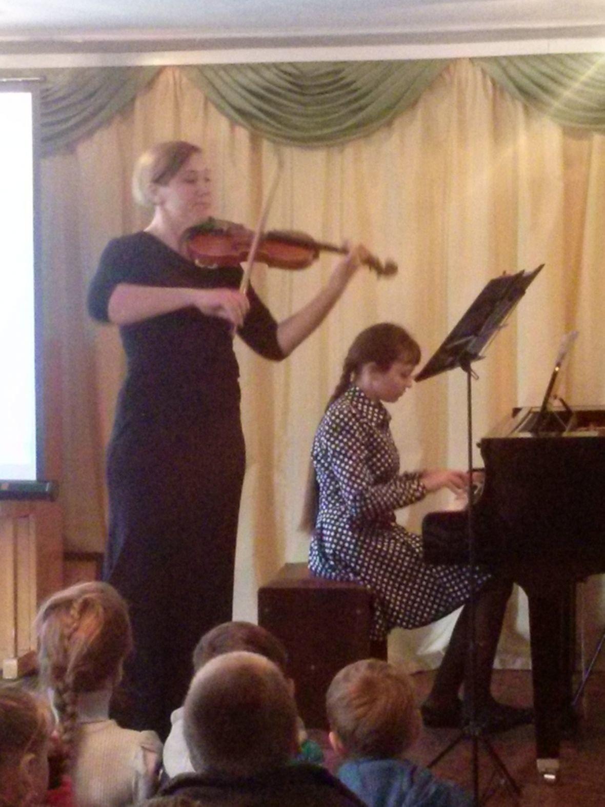Сергиенко Вика за роялем