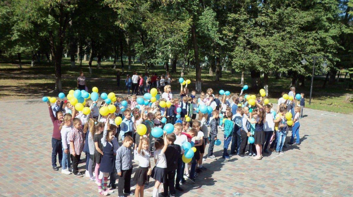 Авдеевские школьники провели флэшмоб к Международному Дню мира (ФОТОФАКТ), фото-1