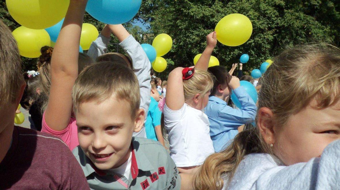 Авдеевские школьники провели флэшмоб к Международному Дню мира (ФОТОФАКТ), фото-2