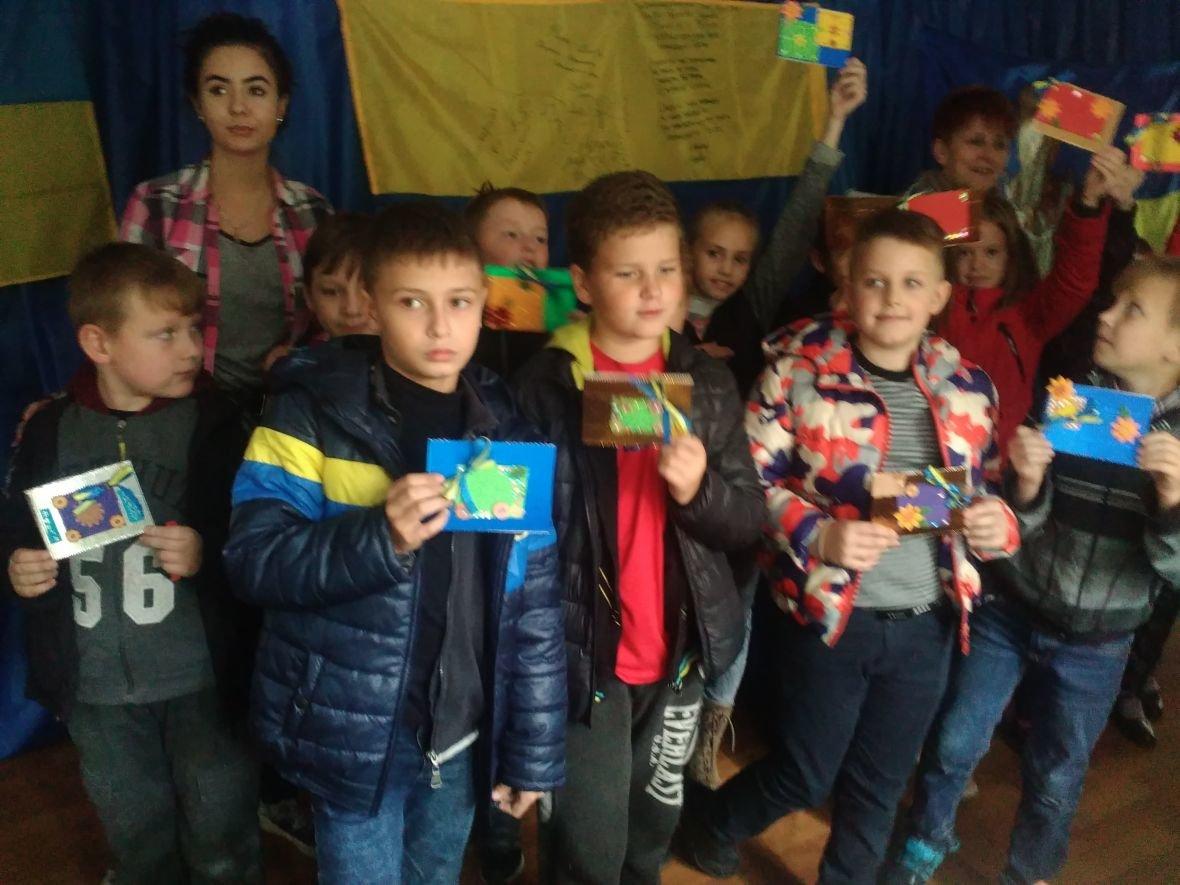 Авдеевская детвора готовит поздравительные открытки защитникам Украины (ФОТОФАКТ), фото-5
