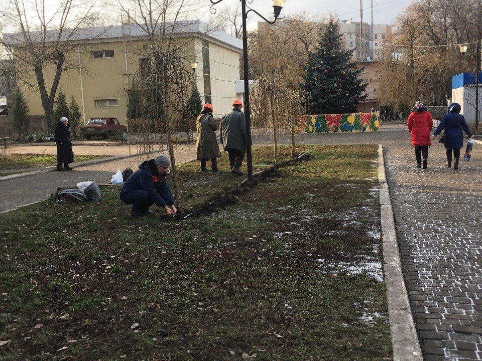В Авдеевке неизвестные испортили новогоднее украшение на бульваре Шевченко, фото-1