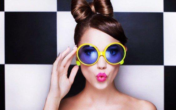 Дівчина-в-сонцезахисних-окулярах-563x353