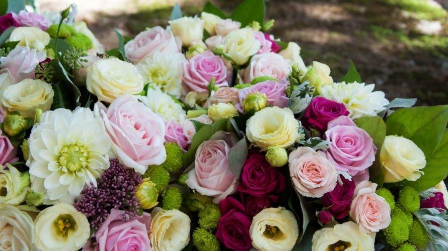 rozy-eustoma-georginy-mnogo