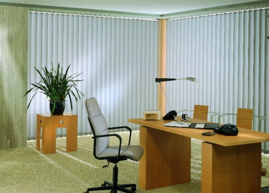 Vertikalnye-zhalyuzi-na-okno-v-ofis