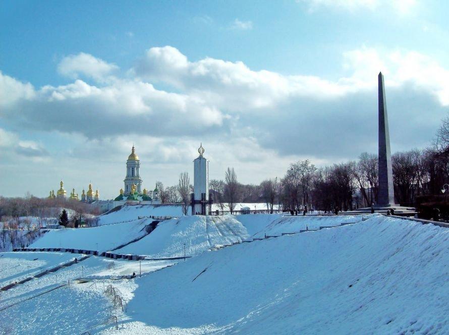 Вид на стелу Неизвестному солдату и Мемориал с площадки обозрения парка Славы