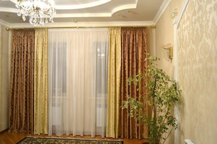 двуцветные шторы в гостиную кол элизбет на кованом золотом карнизе
