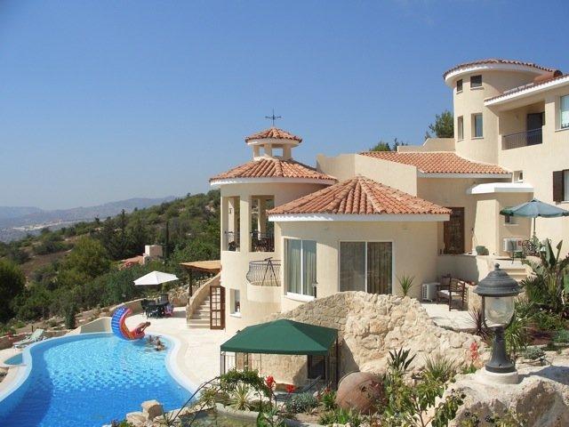 Villa Mere exterior and swimming pool