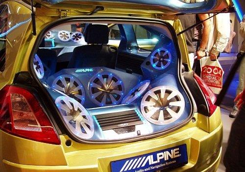 kak-vybrat-akustiku-v-avto