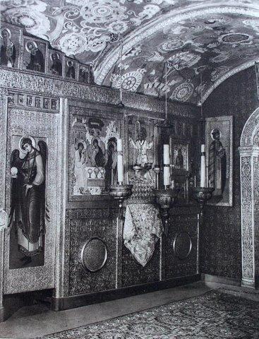 Правая половина иконостаса нижнего храма