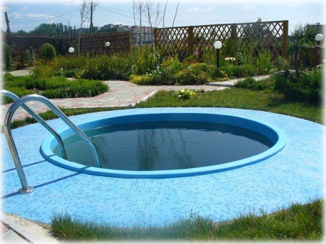декоративный сад дополнен водным сооружением