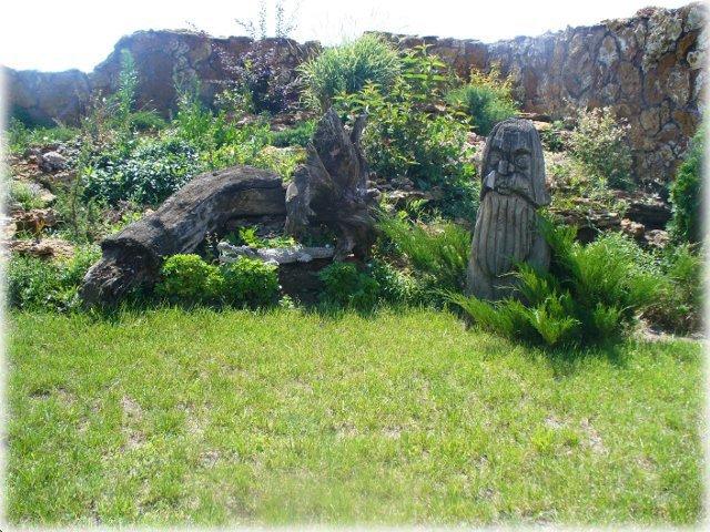 Пейзаж дополнен  корягой и вырезаным деревянным изваянием