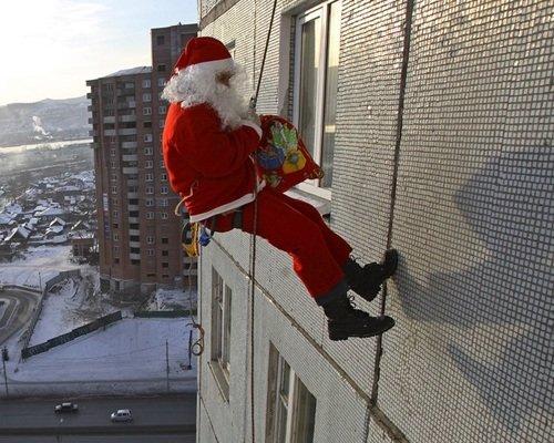 Новогоднее-поздравление-Дед-Мороз-в-окно-2