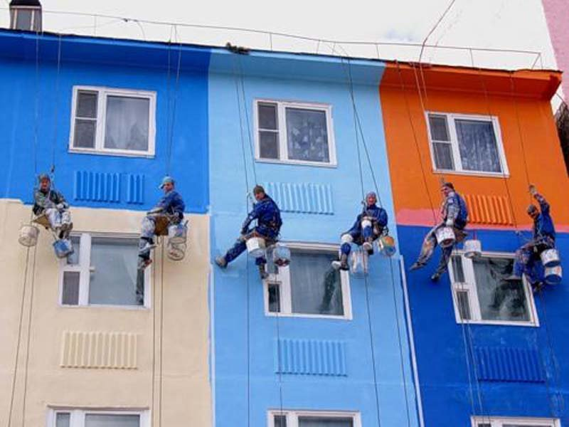 dlya-pokraski-mnogoetazhnyh-domov-luchshe-vsego-nanimat-alpinistov